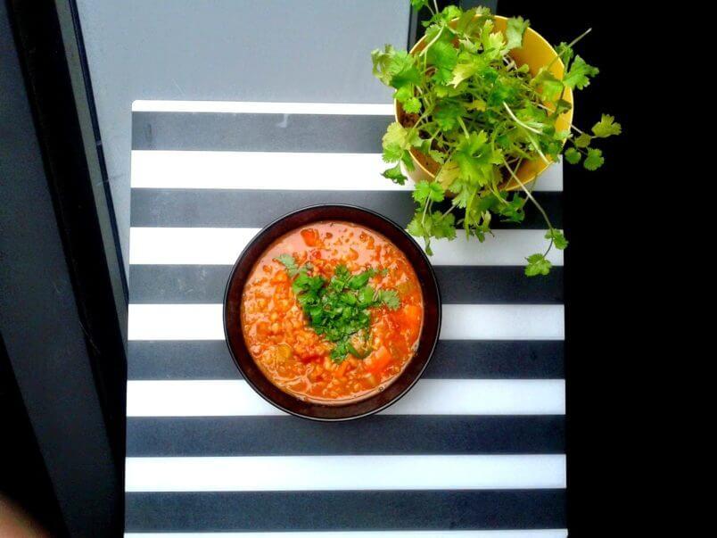 Zupa z soczewicy z olejem kokosowym i kolendrą
