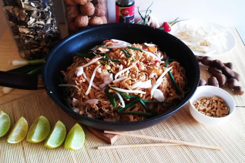 Tajski makaron z owocami morza - klasyczne Pad Thai