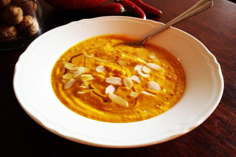 Pikantna zupa krem z dyni z mleczkiem kokosowym i curry
