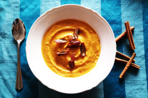 Korzenna zupa-krem z dyni z daktylami i cynamonem