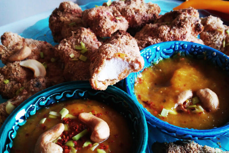 Zdrowe nuggetsy w panierce z nerkowców z miodowym dipem z mango i chilli - pieczone i bez tłuszczu