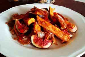 Szybka sałatka z pieczonymi batatami, świeżymi figami, chilli i octem balsamicznym