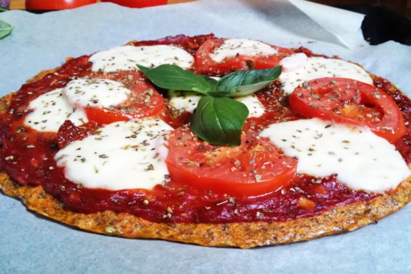 Dietetyczna pizza z marchewki i siemienia lnianego - niskowęglowodanowa bezglutenowa pizza