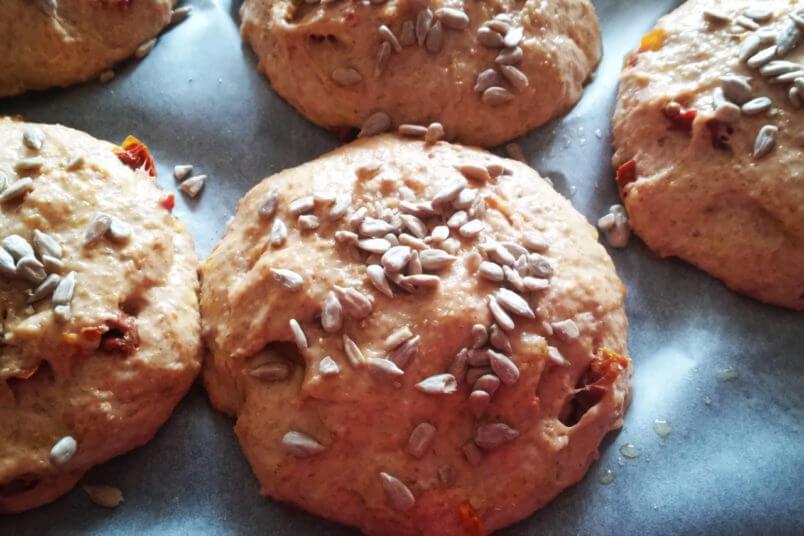 Bułki orkiszowe z suszonymi pomidorami - bezglutenowe i zdrowe pieczywo