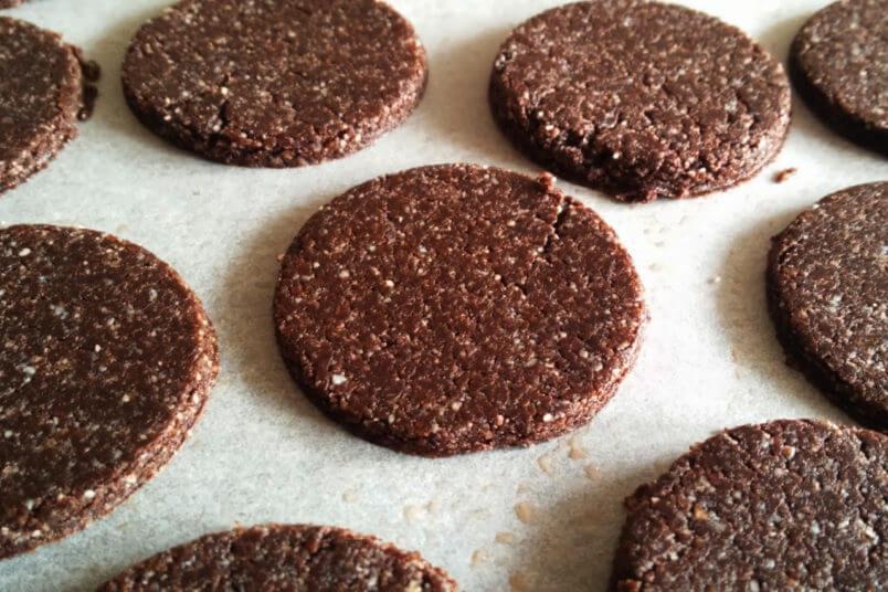 Wegańskie kokosowe ciastka OREO - zdrowe i bez pieczenia, RAW & VEGAN