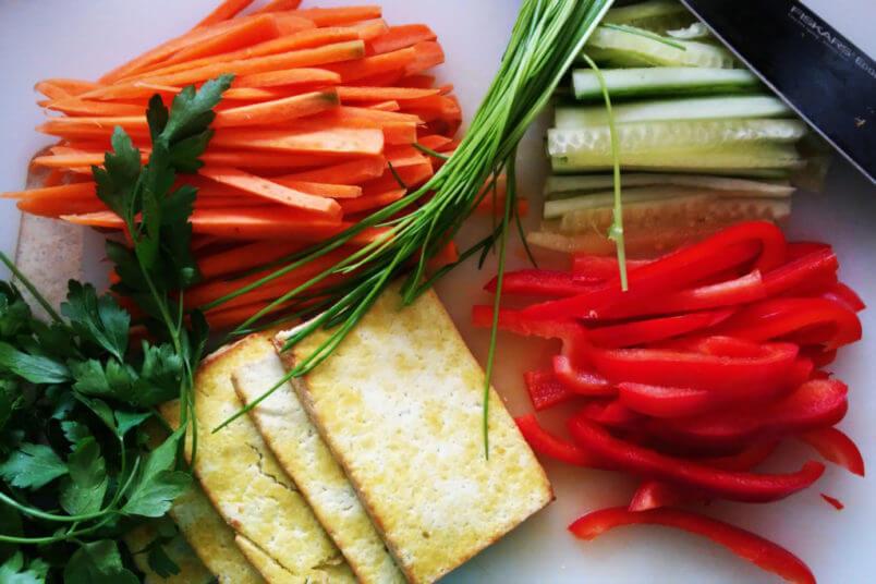 Warzywne sajgonki z wędzonym tofu i sosem z masła orzechowego - spring rolls