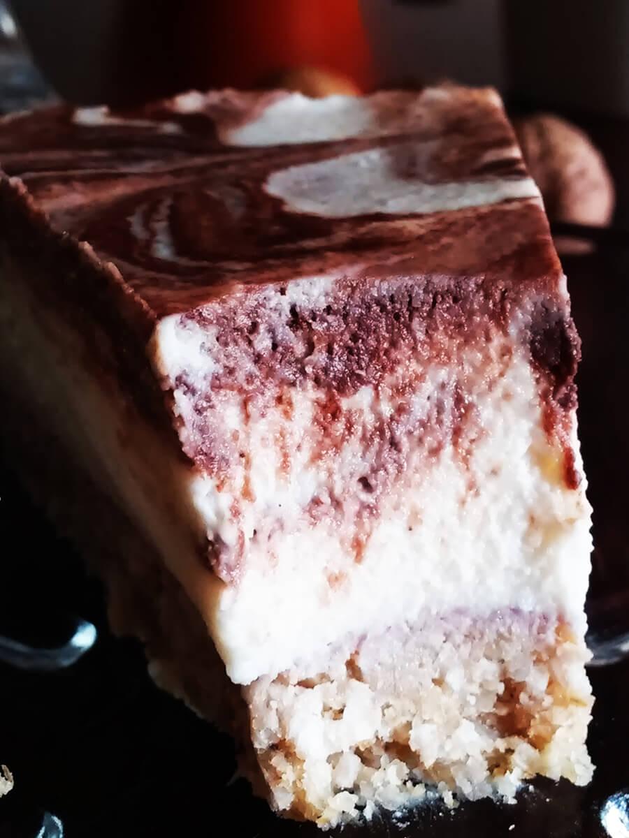 Wegański sernik kokosowy – kremowe ciasto z młodego kokosa bez pieczenia