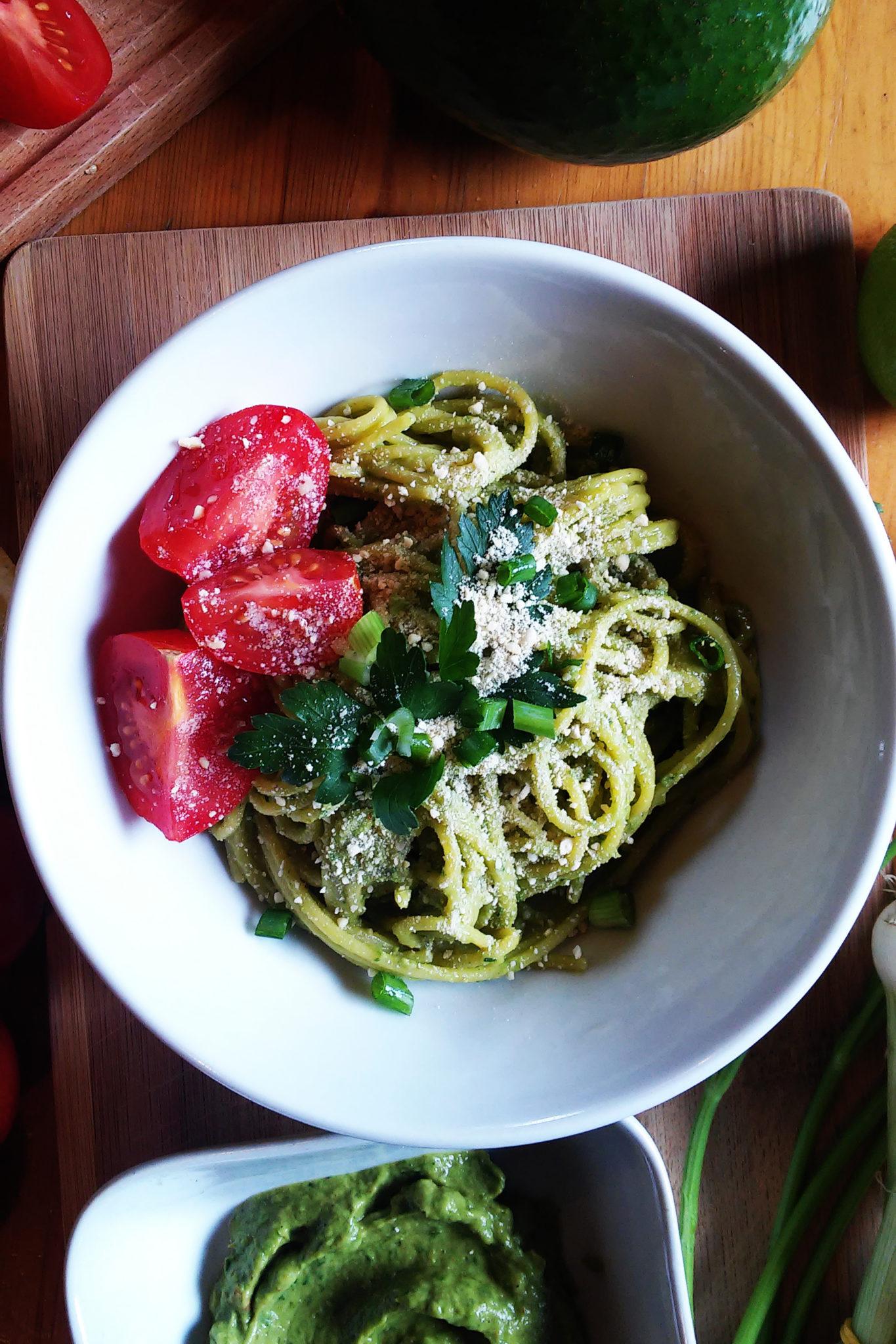 Makaron z pesto z awokado, ziołami i wegańskim parmezanem