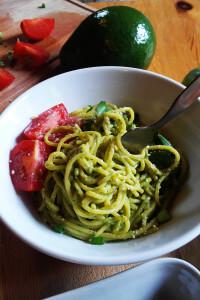 Makaron z kremowym sosem awokado, ziołami i wegańskim parmezanem