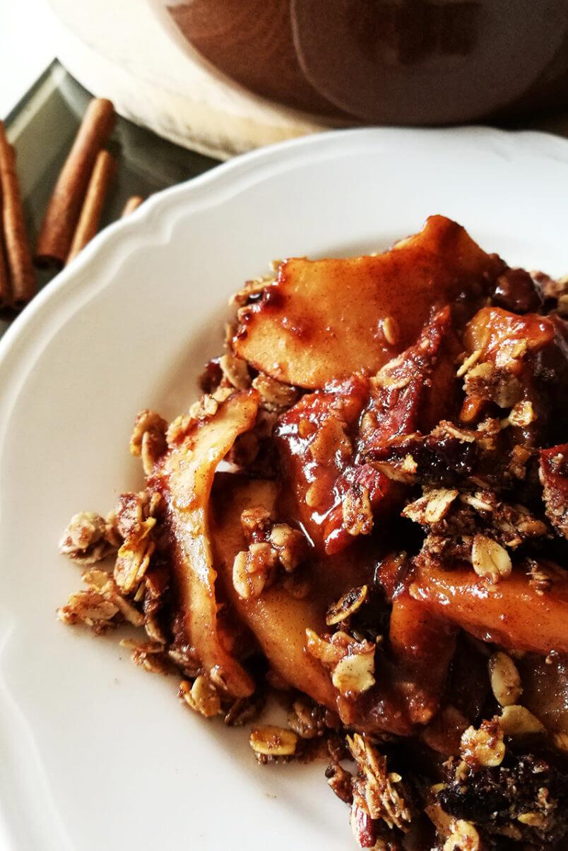 Pecan crumble z jabłkami - pieczone jabłka z cynamonem, wegańska szarlotka