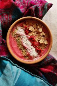 Malinowe wegańskie smoothie bowl - zdrowe i szybkie śniadanie