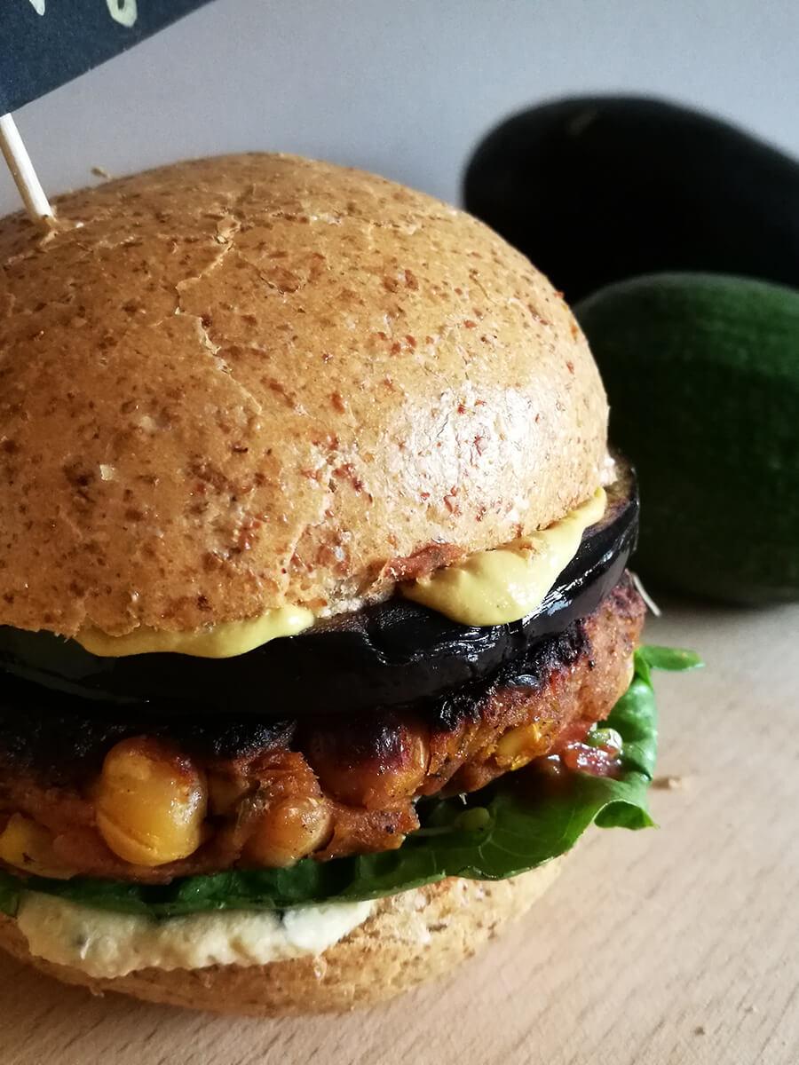 Wegański burger z ciecierzycy, majonez z tofu i grillowany bakłażan - meksykański wege burger