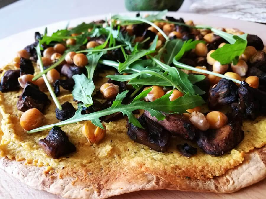 Pizza z tortilli z hummusem – szybka i prosta wegańska pizza