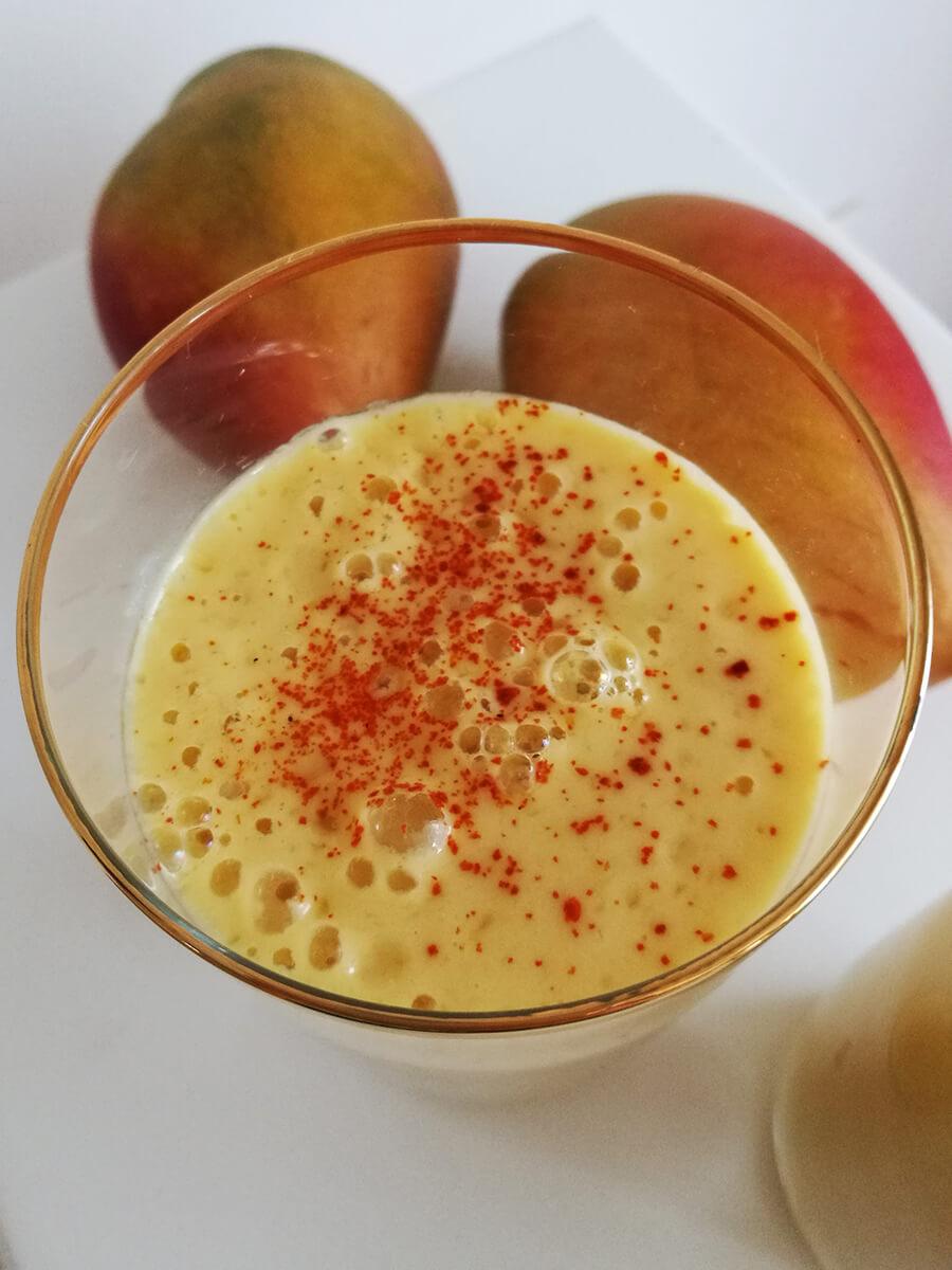 Wegańskie Mango Lassi - zdrowe jogurtowe smoothie/koktajl z mango
