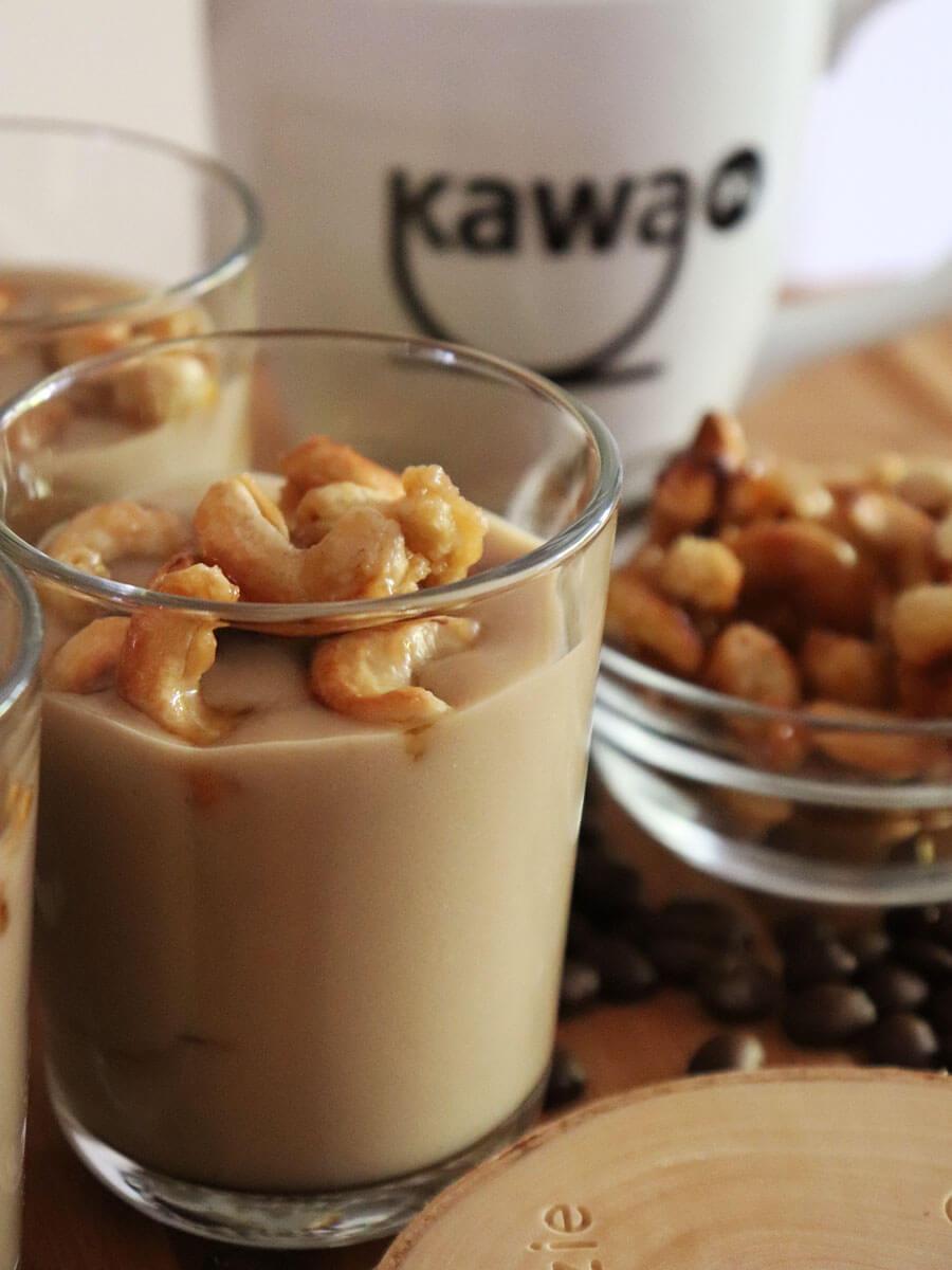 Wegański pudding kawowy z karmelizowanymi orzechami nerkowca - budyń kawowy bez mleka