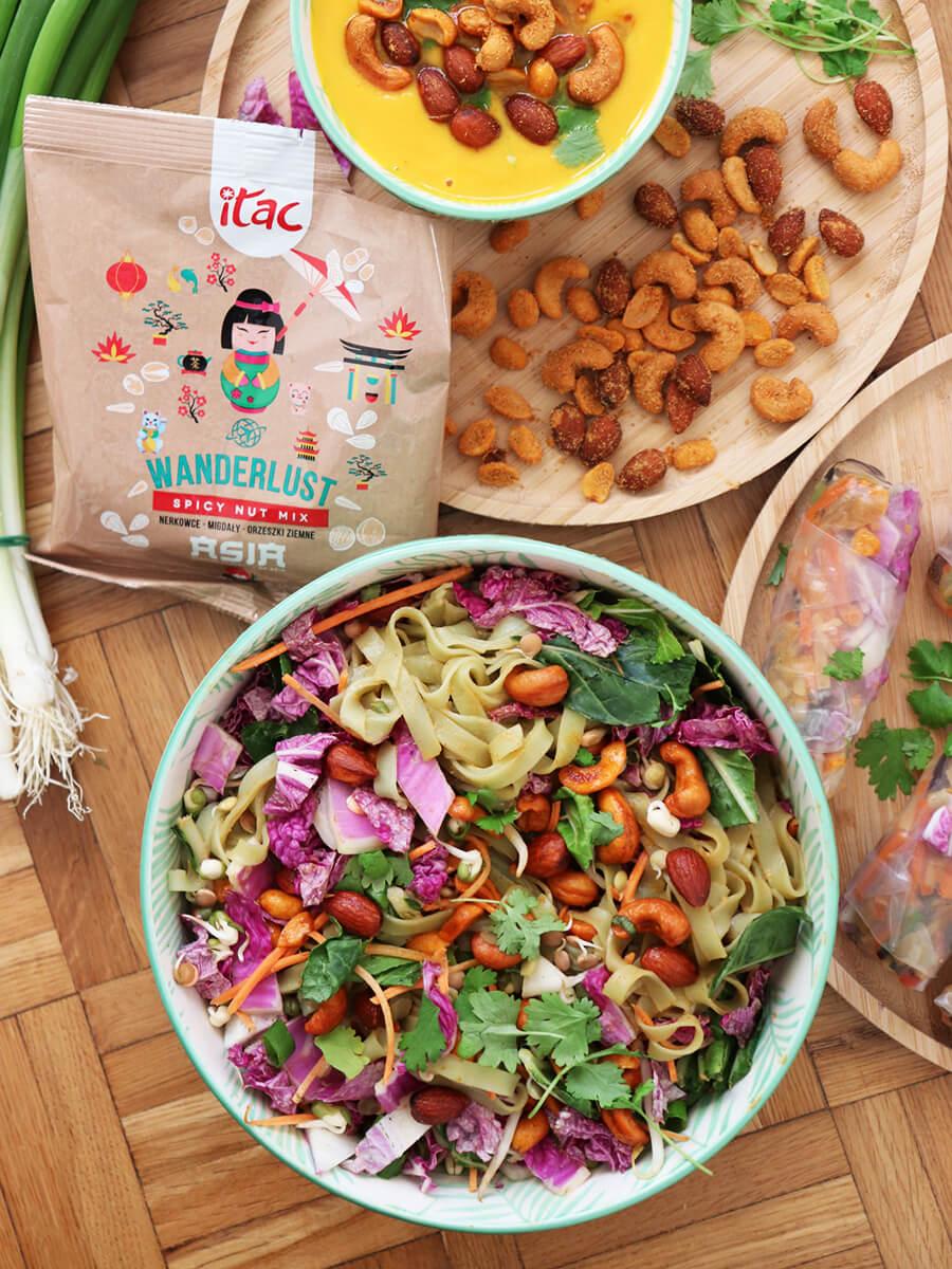 Azjatycka sałatka - wegańska sałatka z makaronem ryżowym, warzywami pikantnymi orzechami