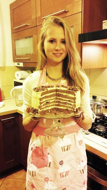 Korzenny i bezglutenowy tort z batatów z kremem jogurtowym z nutką pomarańczy, powidłami śliwkowymi oraz orzechami laskowymi w cynamonowym karmelu.