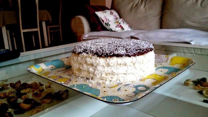 Kokosowy tort Bounty ze szpinaku i ciecierzycy.