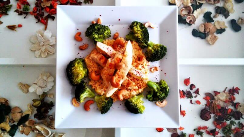 Orzechowo-serowa kasza jaglana z grillowanym kurczakiem i brokułami.