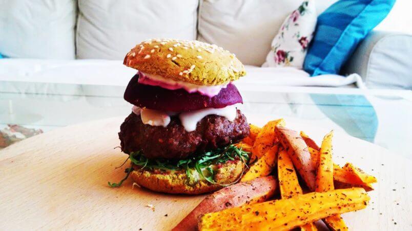 Zielone i zdrowe bułki ze szpinakiem do hamburgerów.