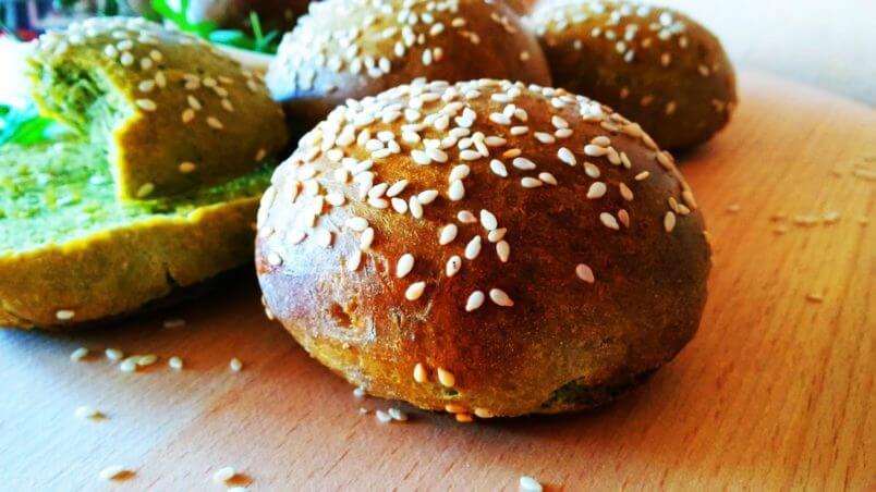 Zielone drożdżowe bułeczki szpinakowe. Zdrowe, miękkie i chrupiące bułki ze szpinakiem do hamburgerów i nie tylko!