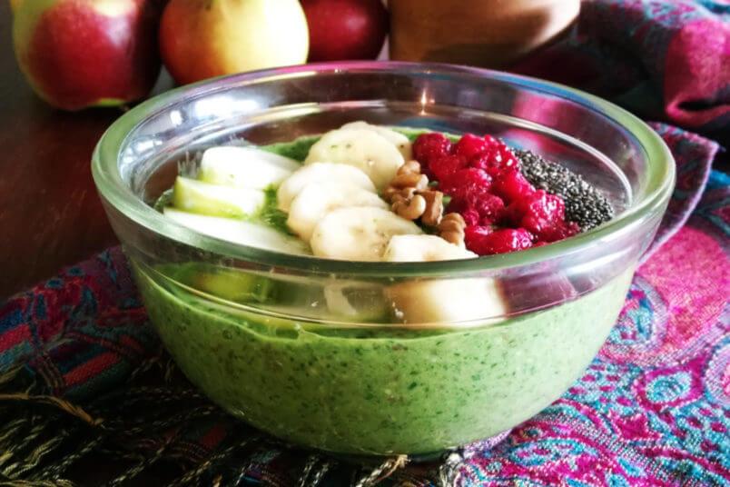 Śniadaniowe smoothie bowl – wegański zielony jogurt
