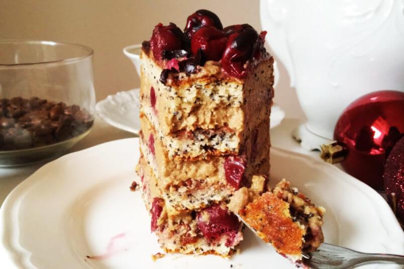 Bezglutenowy tort kawowy z wiśniami i kremem z nerkowców