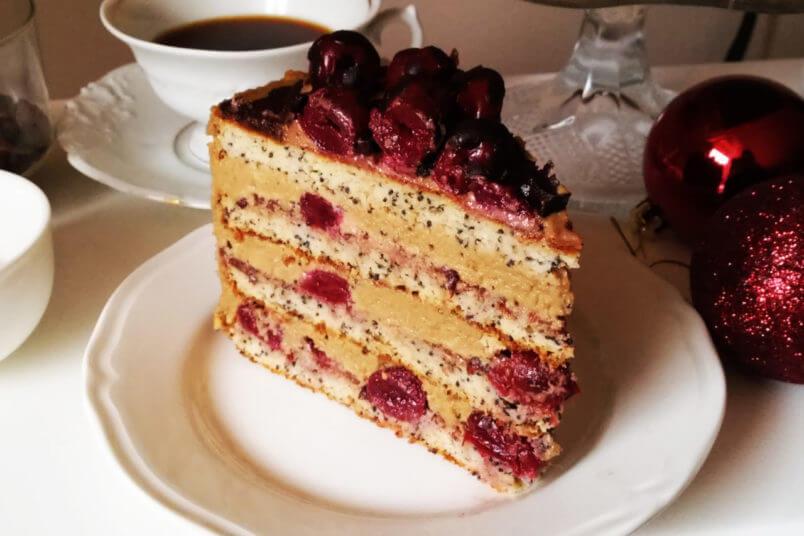 Bezglutenowy tort makowy z wiśniami i kawowym kremem z nerkowców