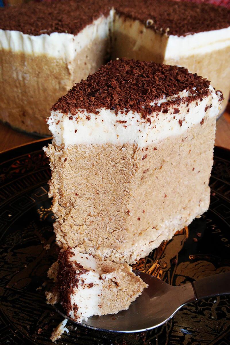 Lodowy wegański tort Tiramisu - kremowe kawowe ciasto z nerkowców