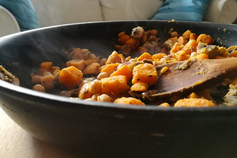 Błyskawiczne wegańskie curry - gulasz z batata, grzybów i ciecierzycy